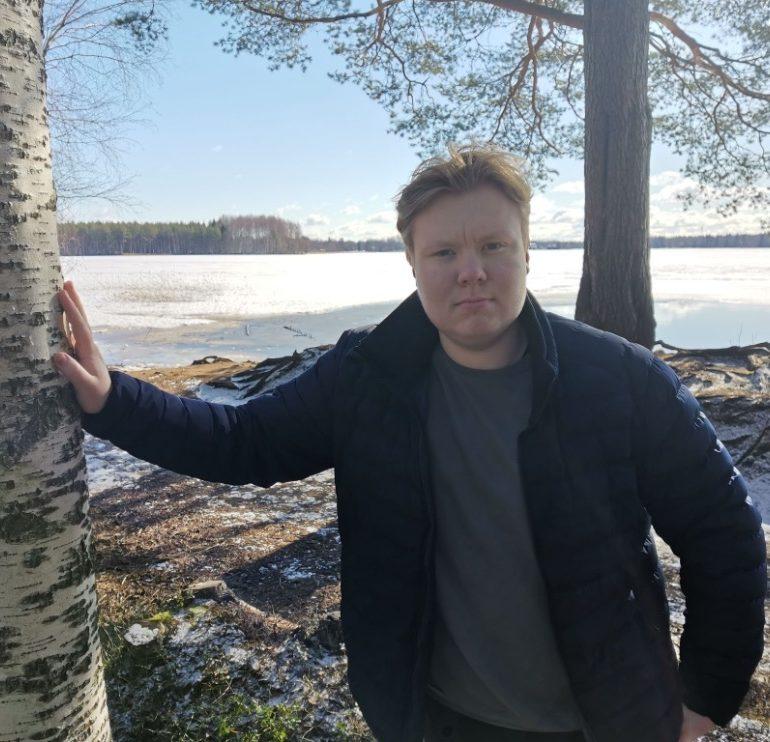 Miika Jauhiainen, taustalla järvimaisema.