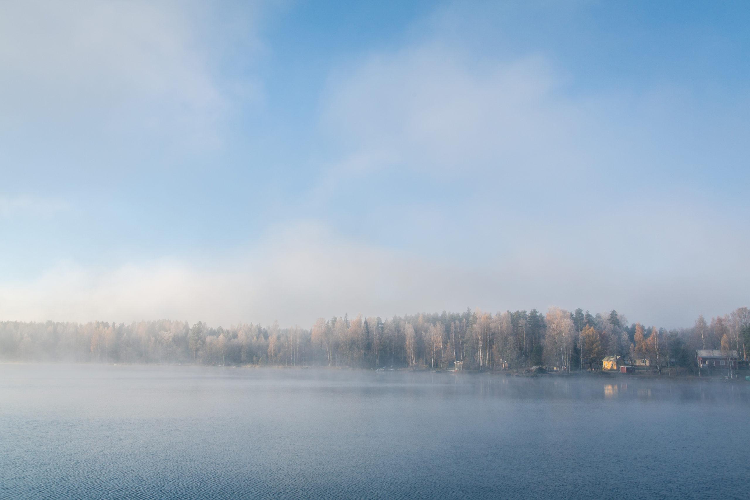 Järvi aamu-usvan peitossa