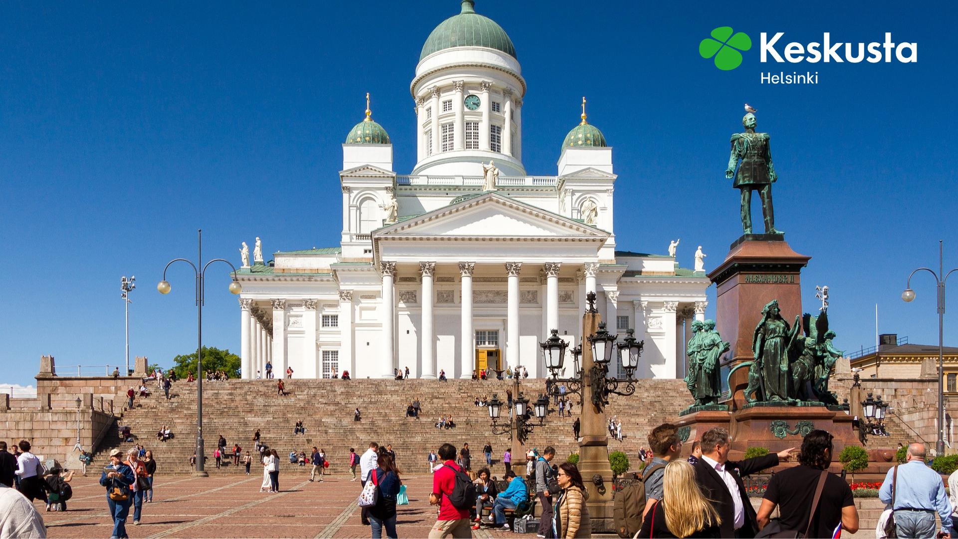 Ihmisiä Tuomiokirkon edessä Helsingissä
