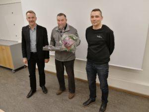 Tapani Eerolan muistaminen kunnallisjärjestön syyskokouksessa. Kuvassa Arto Pirttilahti, Tapani Eerola ja Jaakko Hyytinen.