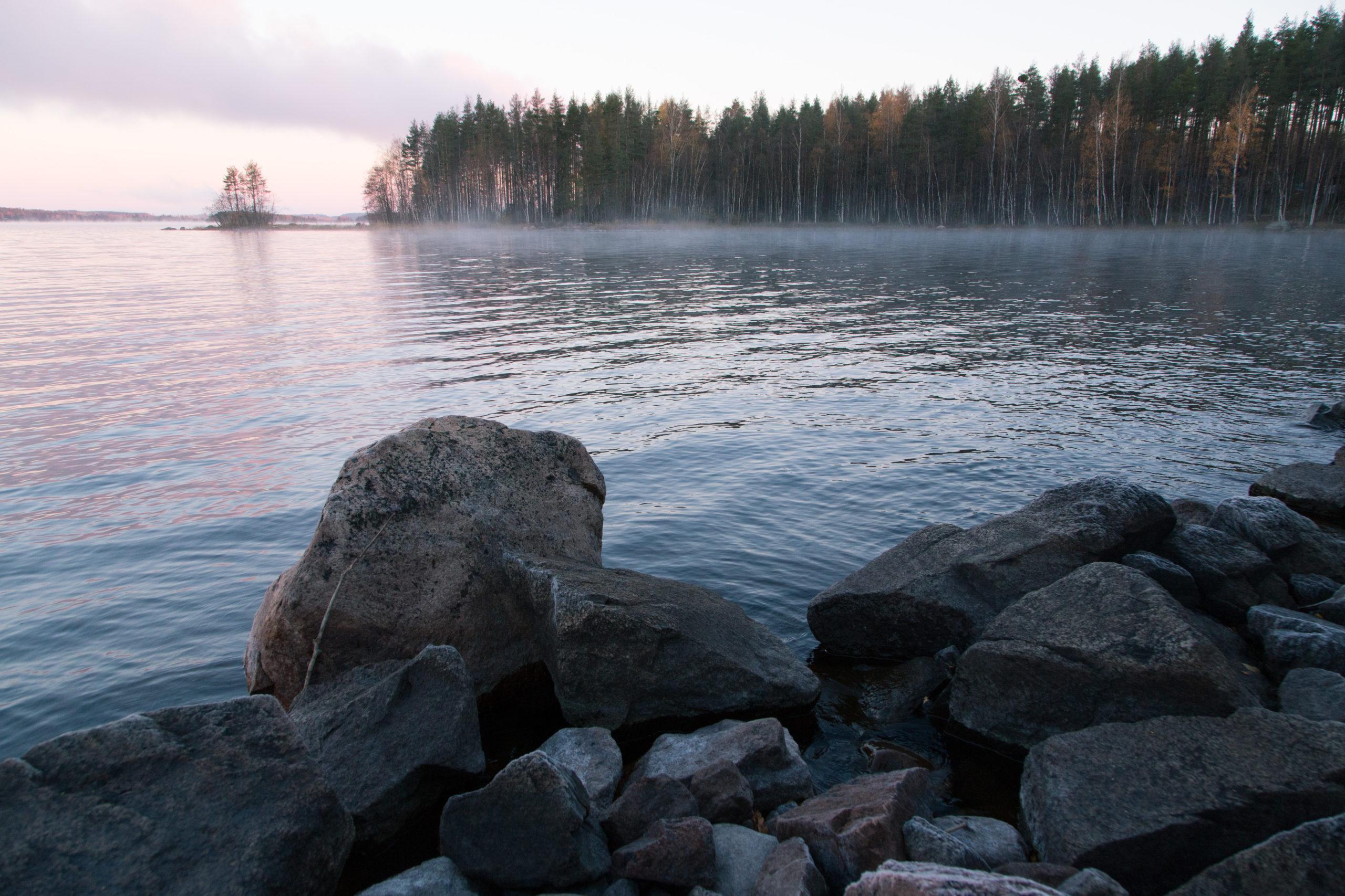 Huurteisia rantakiviä järven rannalla myöhään syksyllä