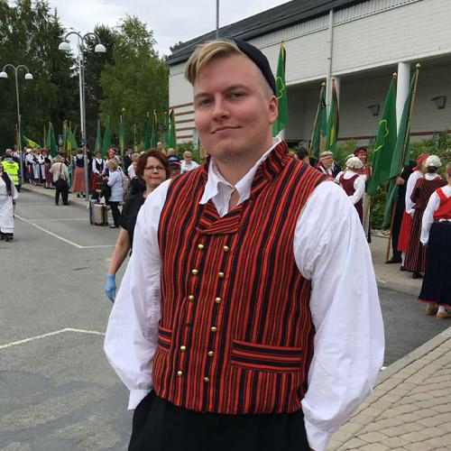 Valtteri Markula kansallispuvussa