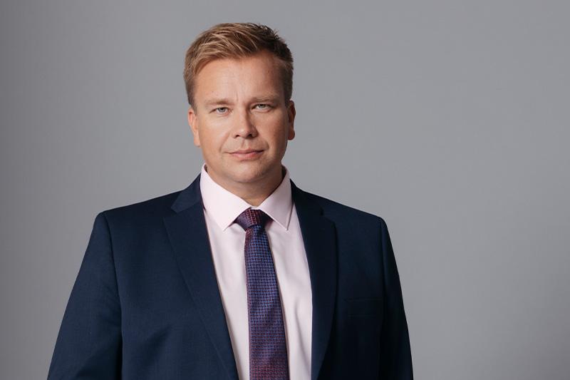 Antti Kaikkonen sininen puku studiokuva