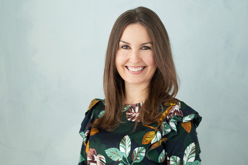 Eeva Kalli tumma paita jossa lehtiä, sinertävä studiokuva