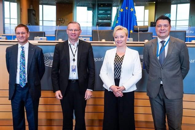 ryhmäkuva EU:n maatalouspoliittisen ratkaisun neuvottelijoista, joiden joukossa Keskustan europarlamentaarikko Elsi Katainen toinen oikealla