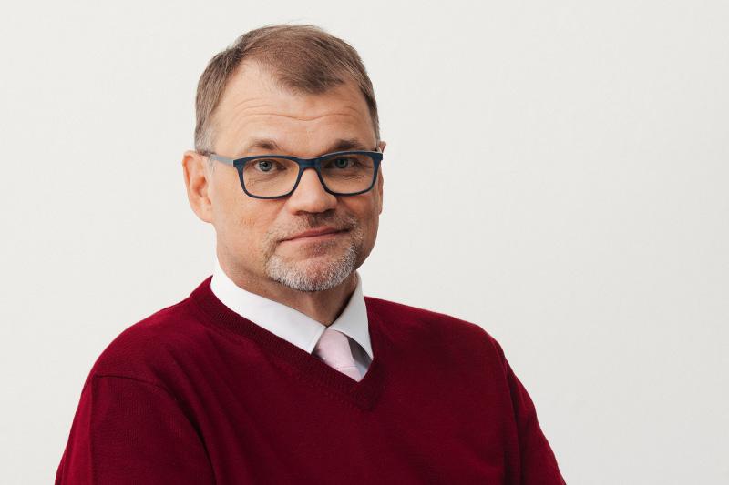 Juha Sipilä punainen paita studiokuva