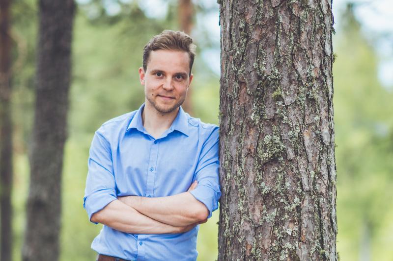 Petri Honkonen sininen paita metsässä