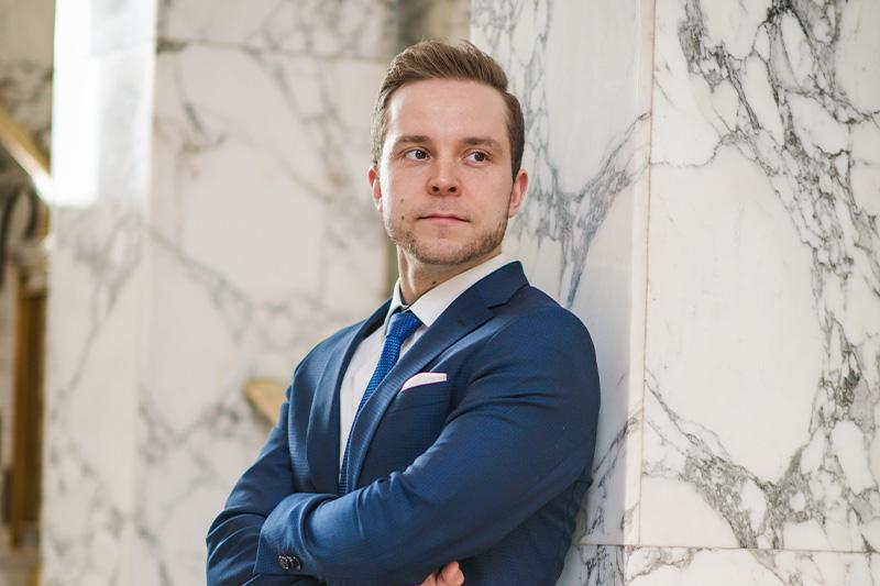 Petri Honkonen sininen puku eduskunnassa