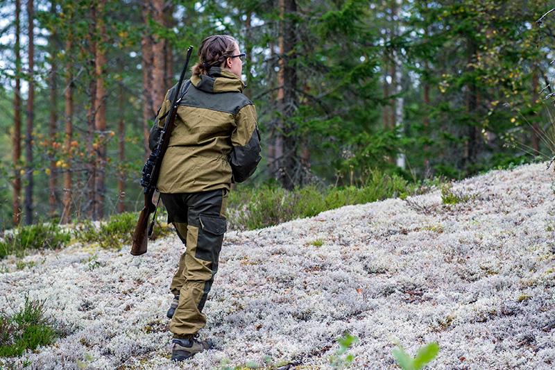 metsästäjä nainen metsässä jäkälää
