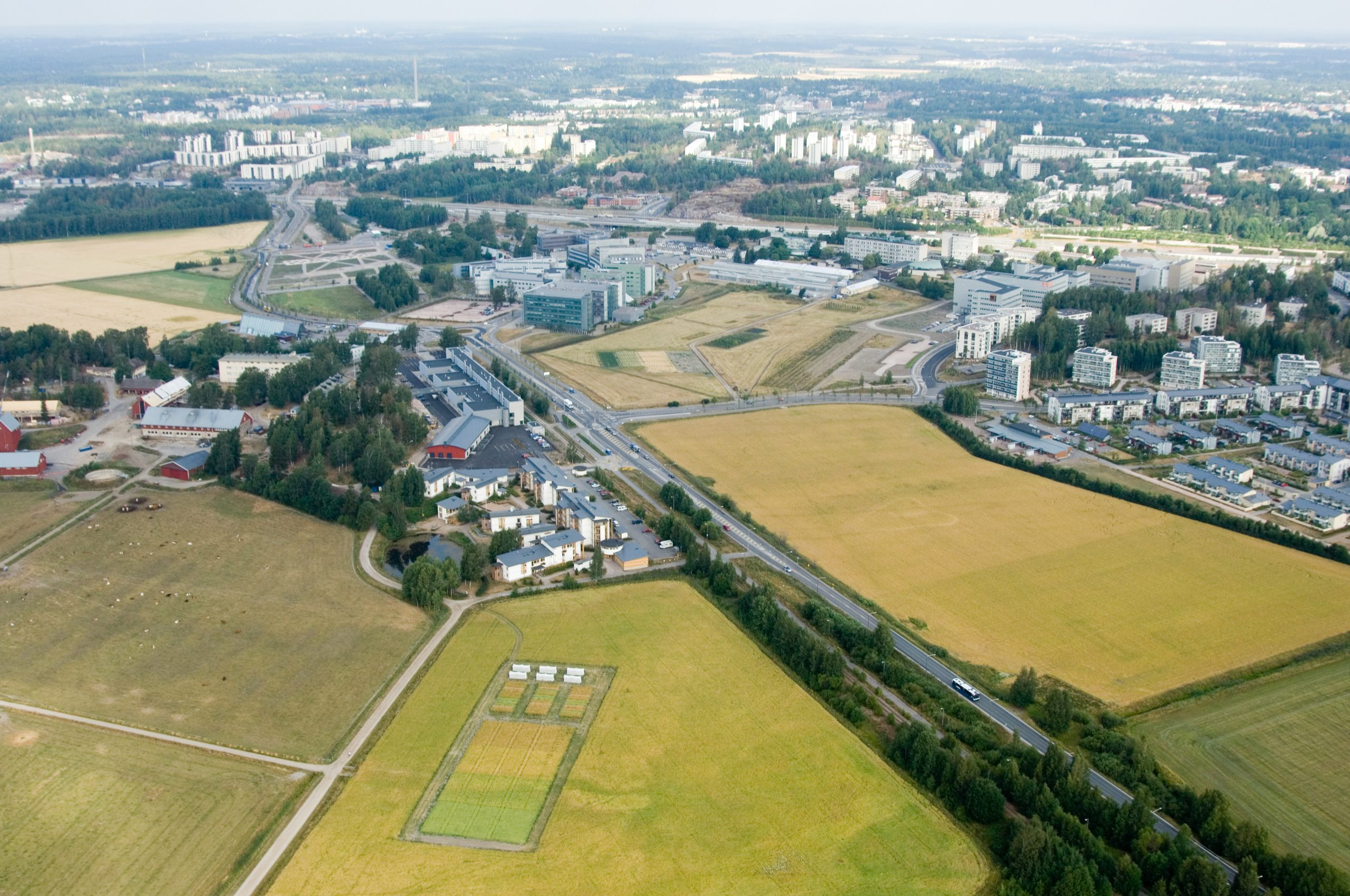 maisemakuva, jossa maaseutu- ja peltonäkymä on lähellä kaupunkia