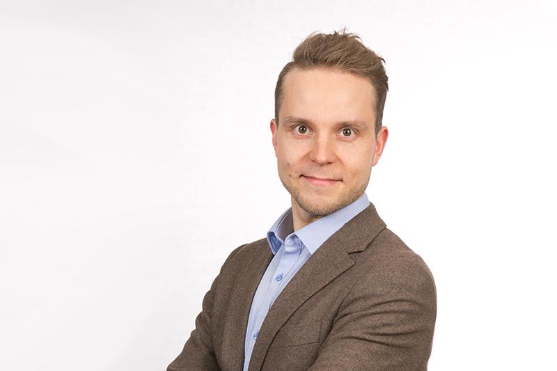 Petri Honkone ruskea takki studiokuva