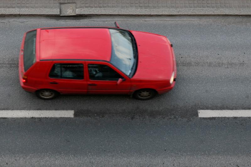 Punainen pieni auto tiellä
