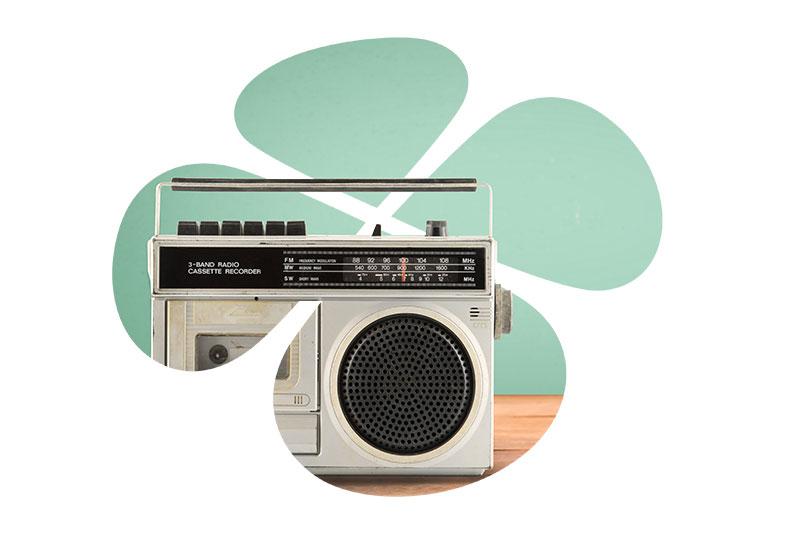 Vanha kasettiradio pöydällä