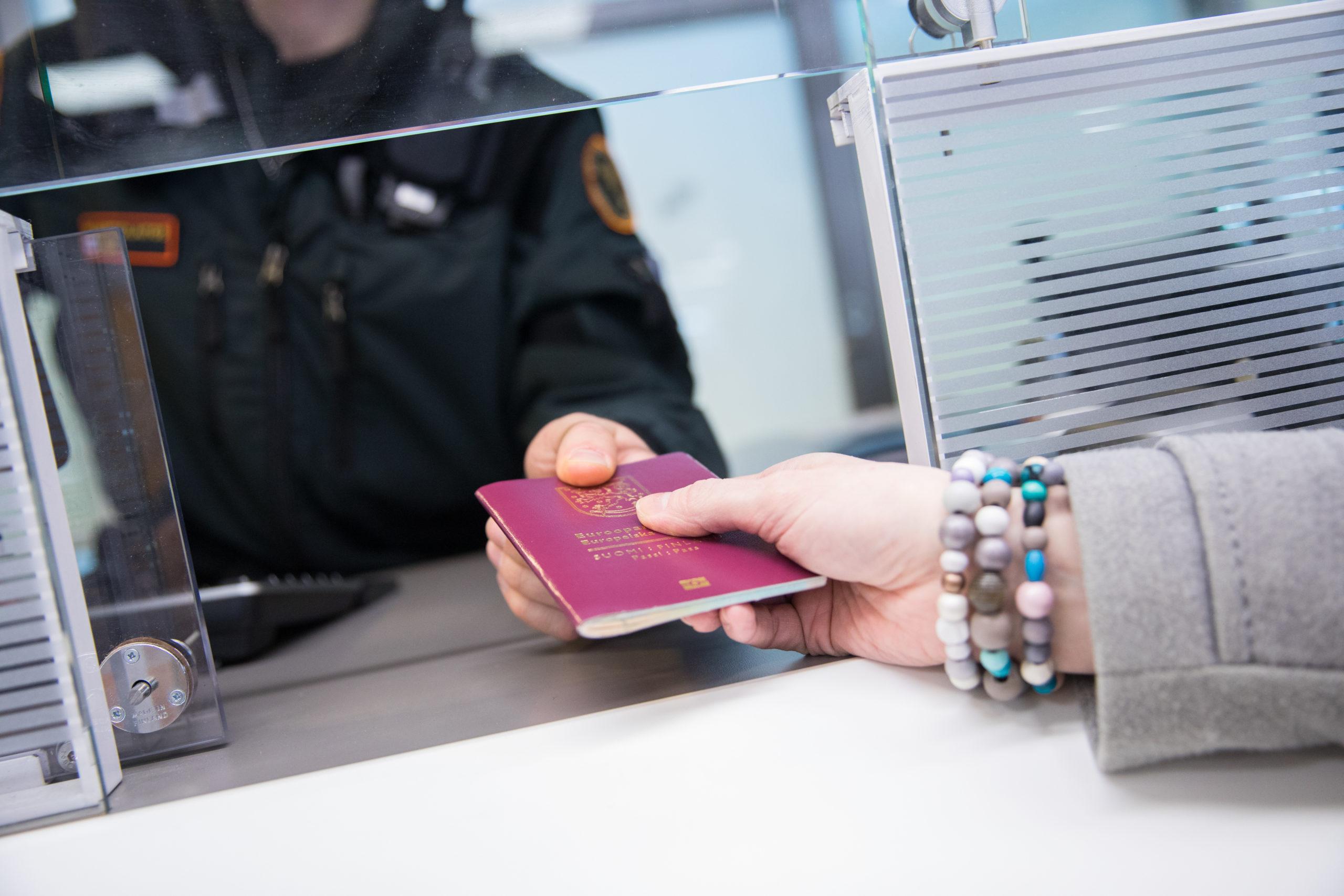 Passintarkastus ja turvatarkastus lentokentällä