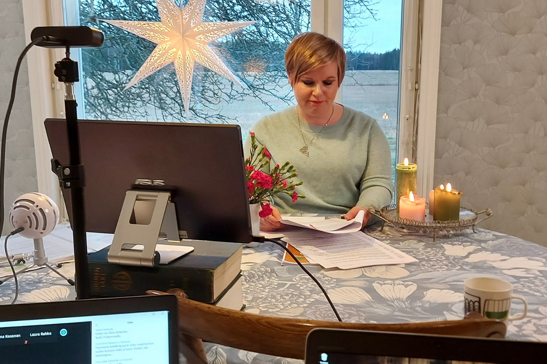 Annika Saarikko pitämässä linjapuhetta puoluevaltuustossa etäyhteyksin