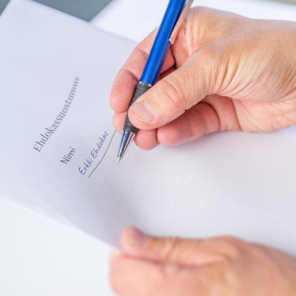 Ehdokassuostumusta allekirjoittamassa