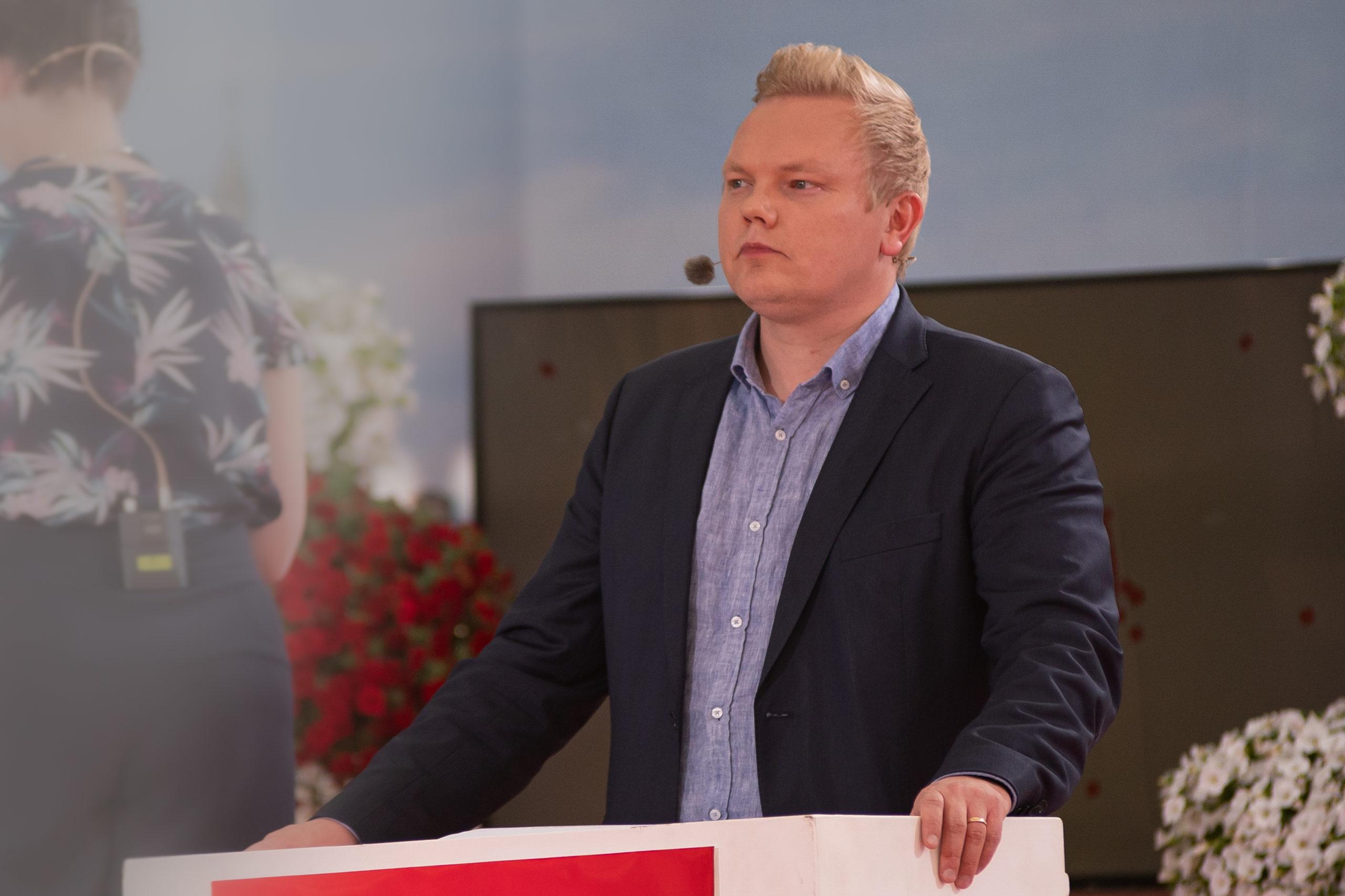 Antti Kurvinen pitämässä puhetta