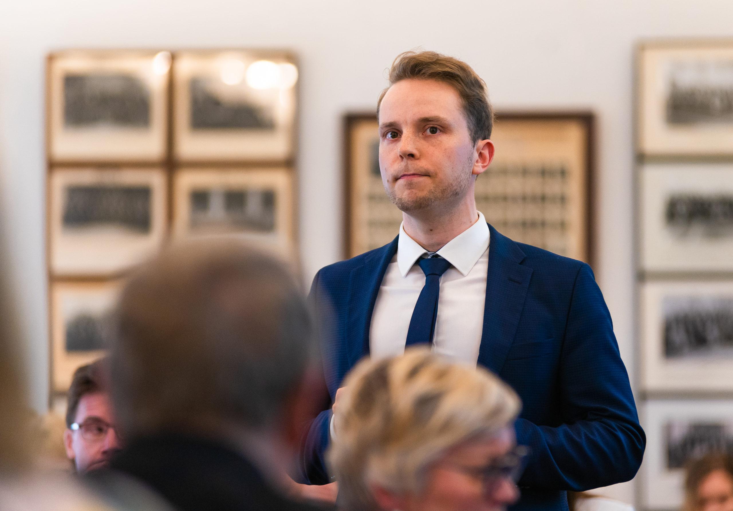 Petri Honkonen puhumassa