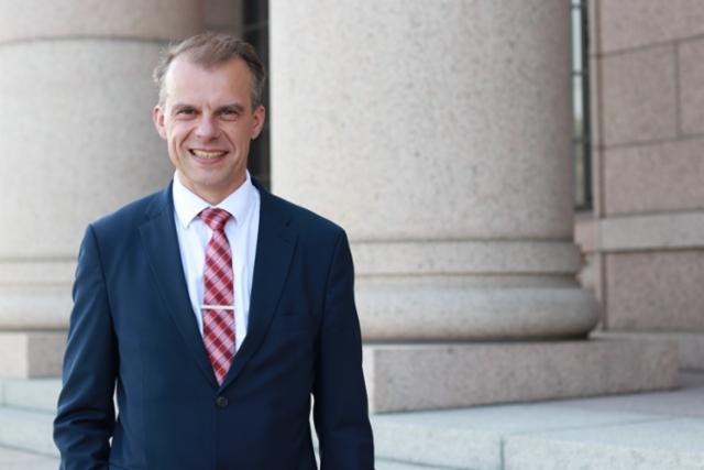 Juha Pylväs eduskuntatalon edessä.